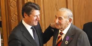 Remise des insignes de Chevalier dans l'Ordre des Palmes Académiques à Charles Gottlieb